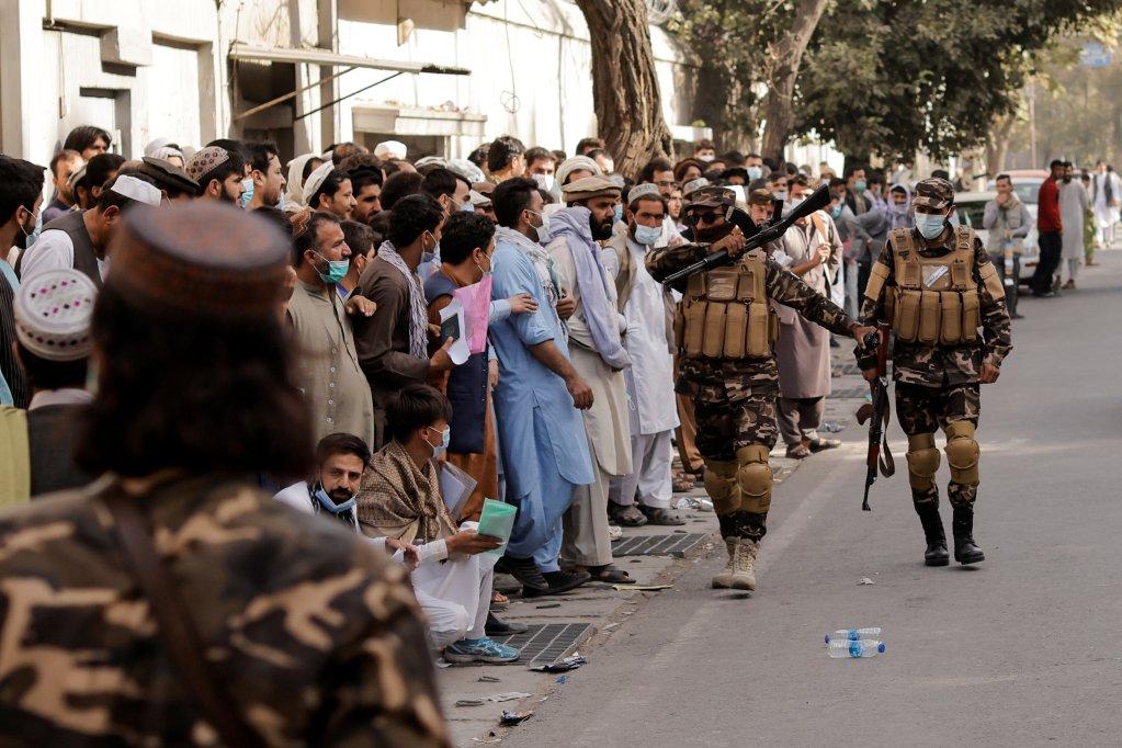 روزانه صدها نفر در برابر سفارت ایران در کابل صف میکشند تا برای ورود به این کشور ویزا بگیرند، ۴ اکتوبر ۲۰۲۱. عکس از رویترز