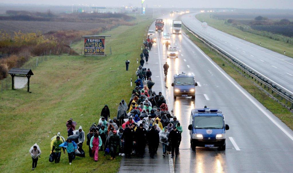 "ansa / مئات من المهاجرين يشاركون في مسيرة انطلقت من بلجراد تجاه الحدود الكرواتية، على الطريق السريع بين بلجراد وزغرب. المصدر: صورة أرشيفية من ""إي بي إيه""."