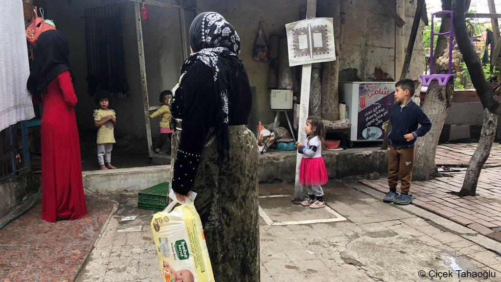 صورة من الأرشيف.  يعيش معظم اللاجئين السوريين المقدر عددهم بثلاثة ملايين في تركيا في أحياء فقيرة