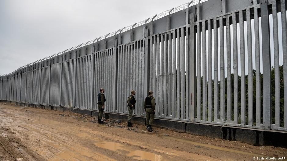 Greek border guards at the fence on the border with Turkey | Photo: Sakris Mitrolidis/AFP