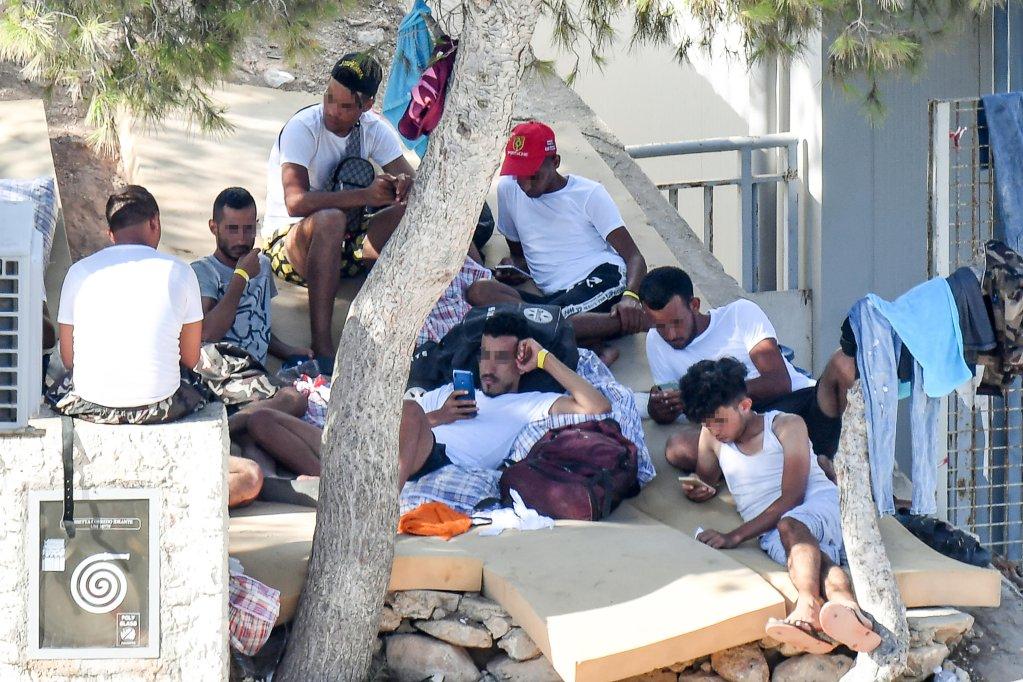 مهاجرون داخل النقطة الساخنة في إمبرياكولا بجزيرة لامبيدوزا الإيطالية. المصدر: أنسا/ أليساندرو دي ميو.