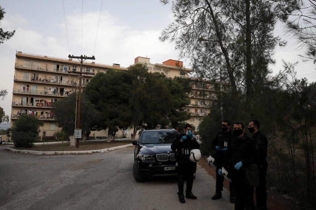 یوناني پولیس د کډوالو یو کمپ مخې ته ولاړ دي. اپریل ۲۰۲۰. انځور: رویټرز