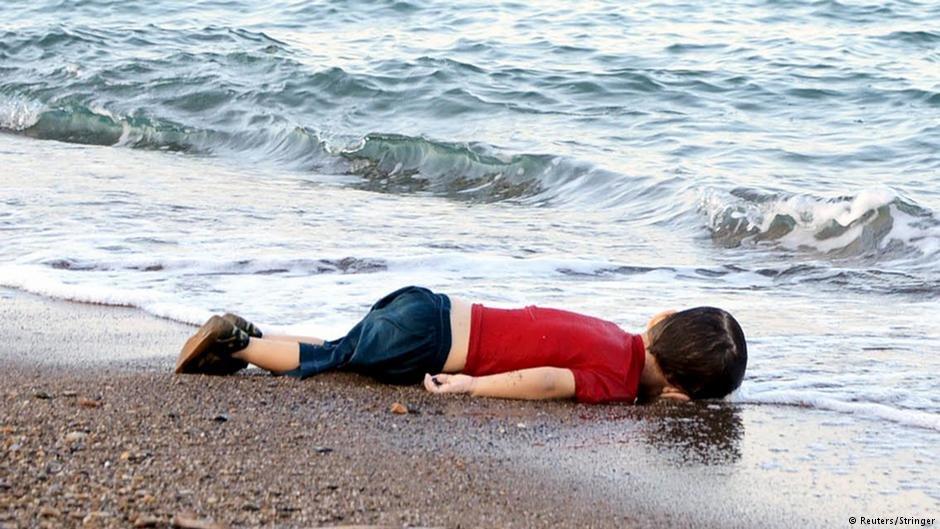 آلان کردی، کودک چهار ساله سوریایی که جسدش در ماه سپتمبر سال ۲۰۱۵ در ساحل ترکیه به دست آمد.
