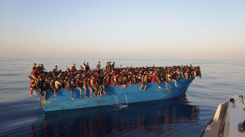 قارب صيد على متنه عشرات المهاجرين بالقرب من سواحل جزيرة لامبيدوزا الإيطالية. المصدر: أنسا/ كونشيتا ريتسو.