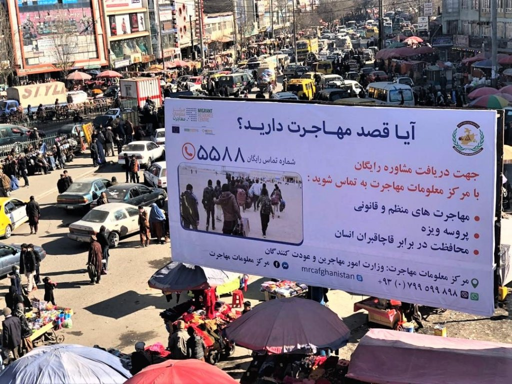 کابل ښار کې د کډوالۍ د معلوماتو مرکز لخوا  لګول شوې لوحه. انځور: MRC
