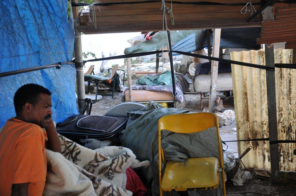 معسكر خيام في ماسيريا بونكوري في ناردو (ليتشي)، حيث يعمل المهاجرون في الحقول. المصدر: كلاوديو لونجو.