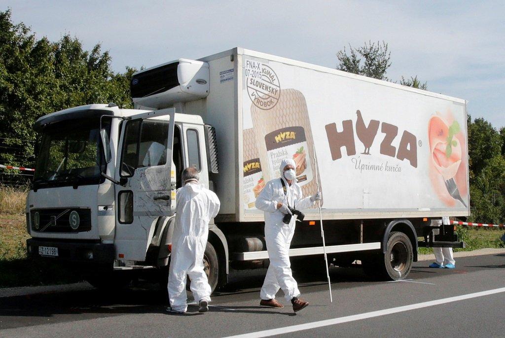 عناصر من الشرطة الجنائية يتفحصون شاحنة مركونة على جانب إحدى الطرق السريعة في النمسا في 27 آب/أغسطس 2015، وجد بداخلها أكثر من 50 جثة لمهاجرين قضوا اختناقا. وحكم على أربعة أشخاص بالسجن مدى الحياة في المجر لإدانتهم بالمسؤولية عن هذه الفاجعة. رويترز