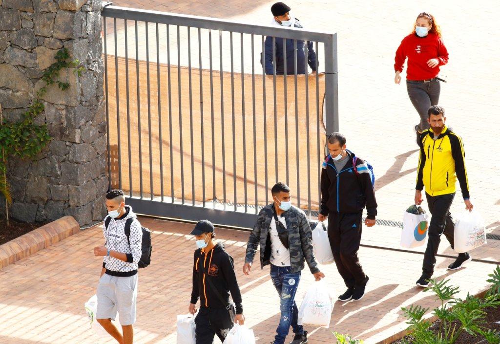 Des migrants dans un centre d'accueil à Las Palmas. Crédit : Reuters / Borja Suarez