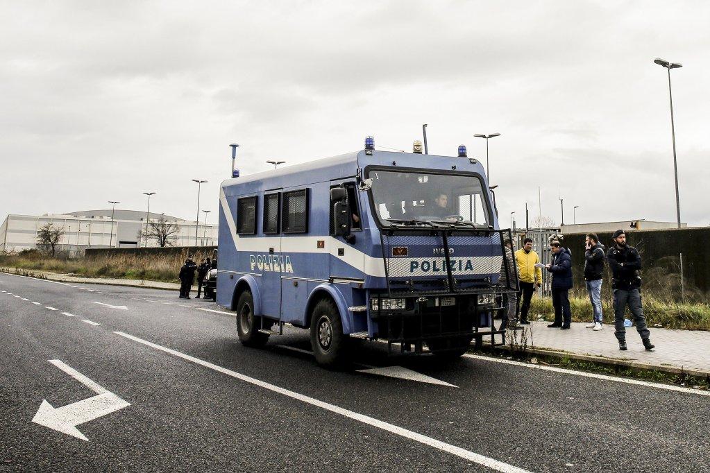 قوات إنفاذ القانون أمام مركز ترحيل المهاجرين في بونتي غالاريا في روما. المصدر: أنسا/ فابيو فروستاتشي