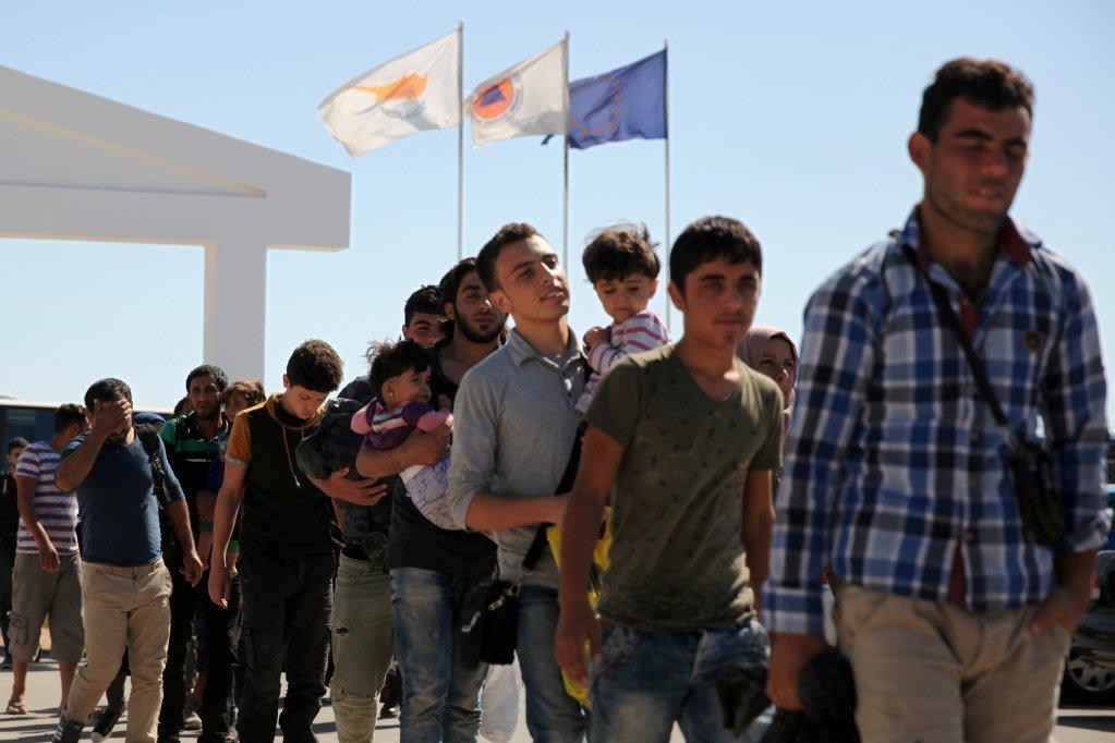 Des demandeurs d'asile faisant la queue à Chypre. Crédit : Reuters