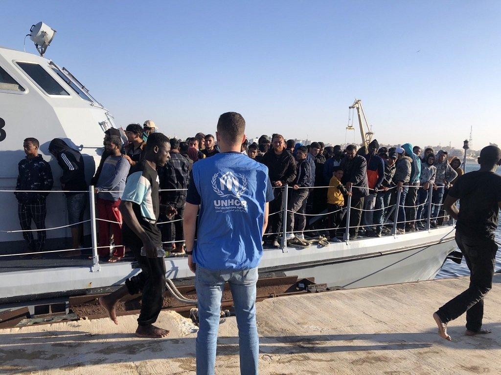 لحظة وصول المهاجرين إلى ميناء طرابلس وكانت باستقبالهم أطقم مفوضية اللاجئين العاملة في ليبيا. الصورة من حساب المفوضية على تويتر