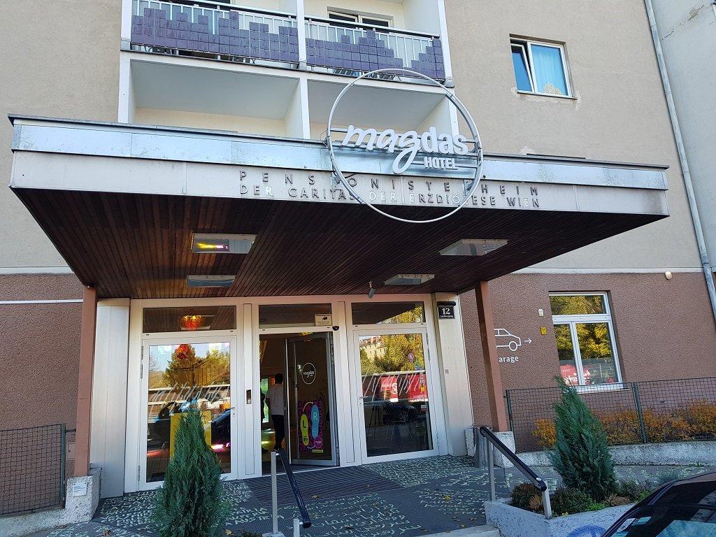 واجهة مدخل فندق ماغداس في العاصمة النمساوية فيينا. شريف بيبي