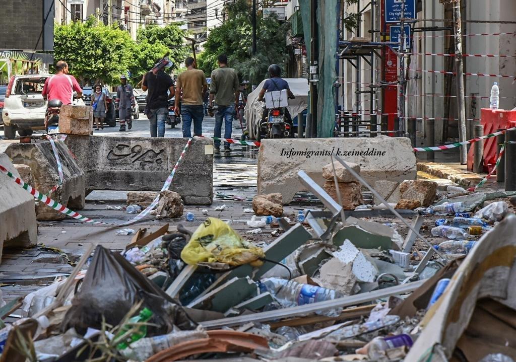 مجموعة من اللاجئين السوريين تعمل على مساعدة اللبنانيين بعيد انفجار مرفأ بيروت
