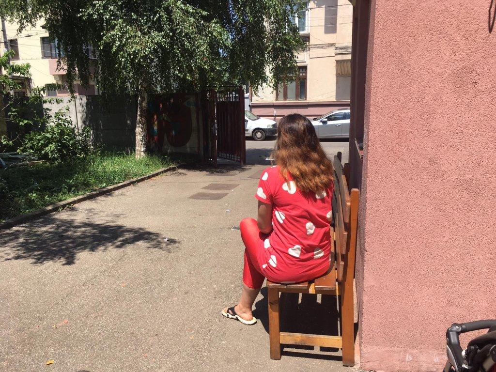 Après deux ans sur la route, Mariam a demandé l'asile en Roumanie. Cette jeune Afghane souhaite rester vivre dans le pays avec ses deux filles. Crédit : InfoMigrants