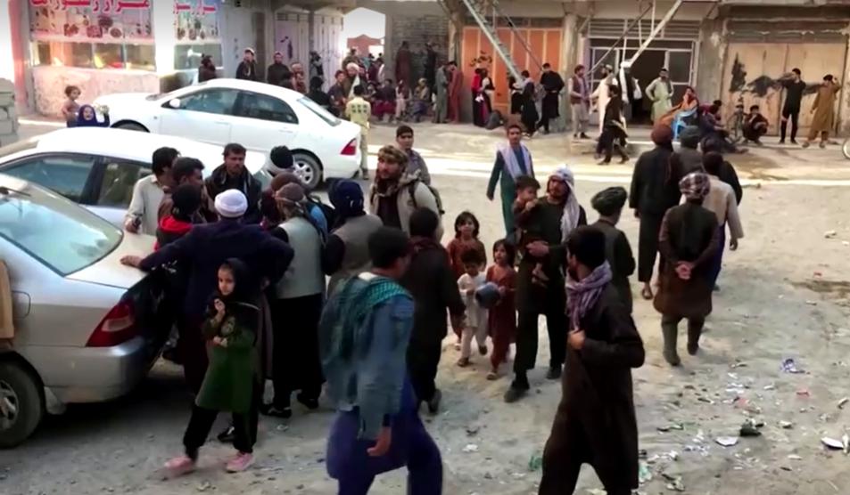 مهاجران افغان در ناحیه مرزی زرنج، در ولایت نیمروز، ۶ اکتوبر ۲۰۲۱. عکس از ویدیوی خبرگزاری رویترز