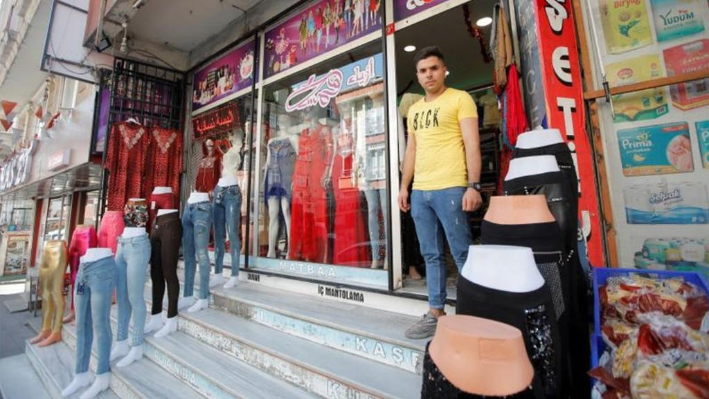 رويترز |السوري مصطفى صاحب متجر في حي كوتشوك سيكميجي في غرب اسطنبول-