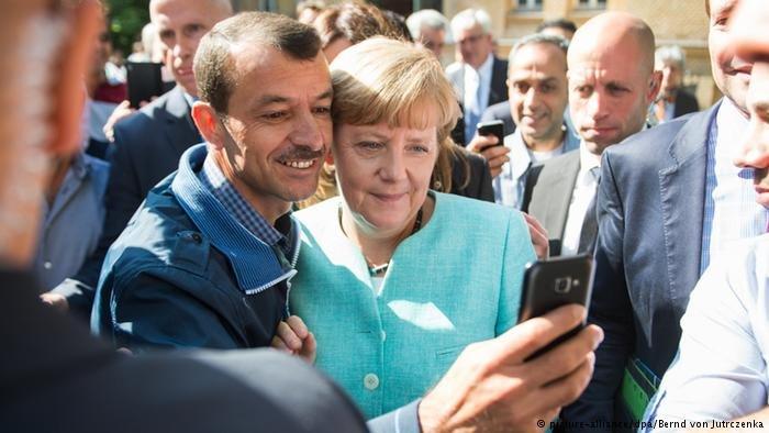 Angela Merkel in Berlin Besuch Flüchtlingsunterkunft Registrierungszentrum Selfie mit Flüchtlingen Deutschland (picture-alliance/dpa/Bernd von Jutrczenka)