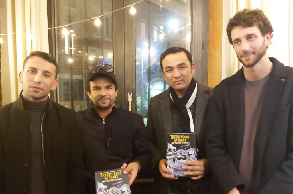 از راست: بریس انلاور نویسنده فرانسوی، عبدالرازق، شکیب و فرزان، مترجمان افغان در پاریس. عکس از حفیظ احمد میاخیل