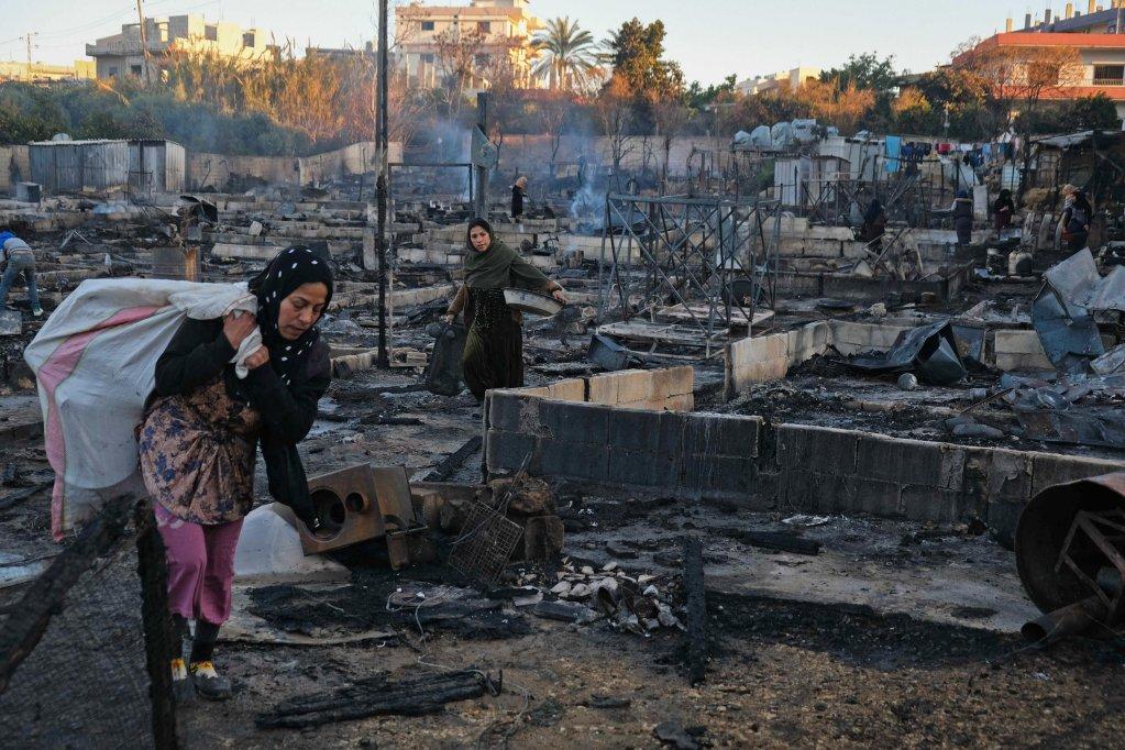 AFP - IBRAHIM CHALHOUB |Des réfugiés syriens récupèrent leurs biens après l'incendie de leur campement à Bhanine, au nord du Liban, à la suite d'une altercation avec une famille locale.
