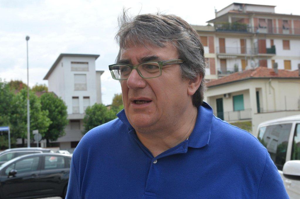 الأب ماسيمو بيانكالاني رئيس كنيسة أبرشية فيكوفارو في بيستويا. المصدر: أنسا / لوكا كاستيلاني.
