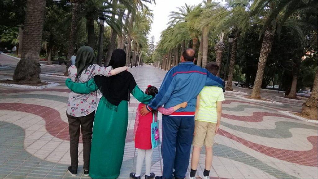 عفاف وعائلتها في إحدى الحدائق العامة بمليلية