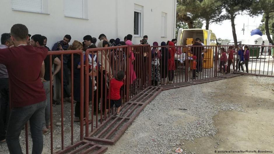 مهاجرانی که در کمپ انانیوستوپولو واقع در شمال یونان به سر می برند. عکس از سال ۲۰۱۸ است. بیشتر آن ها از طریق رودخانه ایوروس به ترکیه آمده اند. عکس: نیکولاس اکنومو/picture alliance