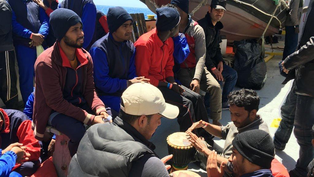 عکس آرشیف: گروهی از مهاجران بنگلهدیشی که توسط کشتی اکواریوس از مدیترانه نجات داده شدند، می ۲۰۱۷. عکس از شارلوت بواتیو/ مهاجر نیوز