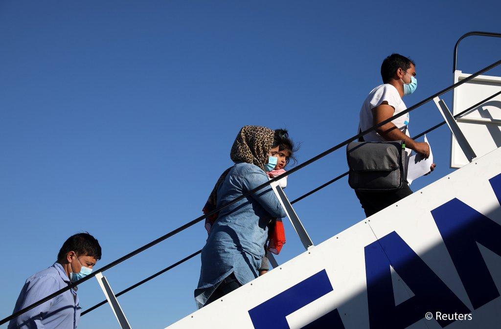 تېره جمعه ۸۳ مهاجر له یونانه المان ته انتقال شول. کرېډېت: رویترز، س. بالتاس