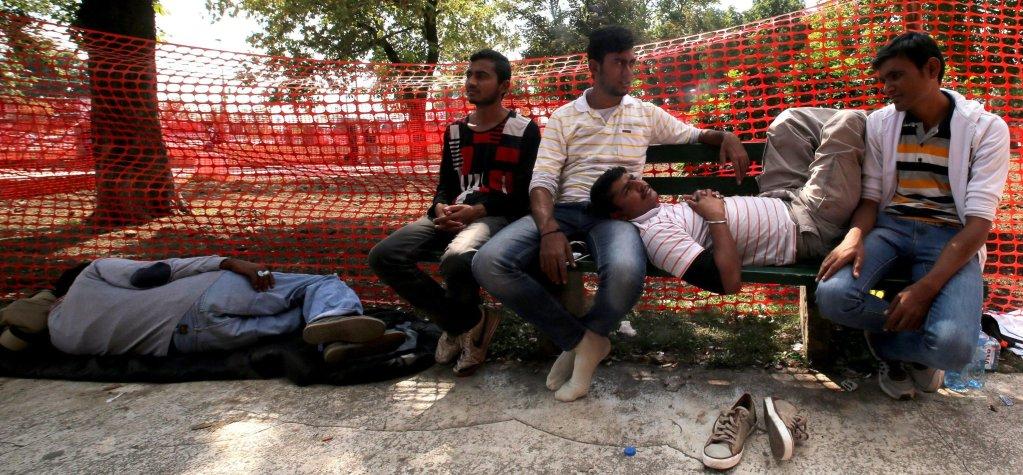 مهاجرون في إحدى الحدائق في العاصمة الصربية بلغراد. المصدر: أنسا/ إي بي إيه/ كوتشا سليمانوفيتش.