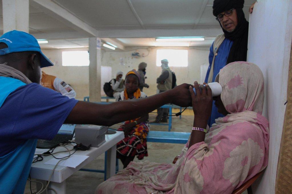 RFI/Edouard Dropsy |Enregistrement des empreintes oculaires d'une réfugiée malienne arrivant au camp de Mbera, le 29 mai 2019.