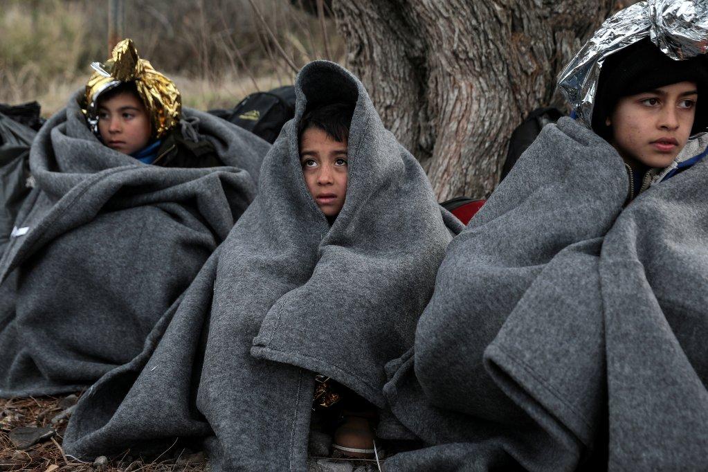د فبرورۍ ۲۸مه: افغان ماشومان د لېسبوس ټاپو سکالا سیکامیاس کلي ته نږدې په ساحل کې. دوی د اژې سمندر له لاره یونان ته رسېدلي. کرېډېټ:  رویترز، کوستاس بالتاس