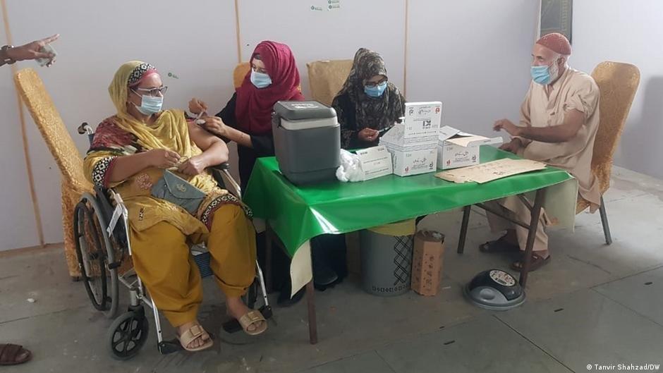 یک مرکز واکسیناسیون در شهر لاهور در پاکستان Photo: Tanvir Shahzad/DW