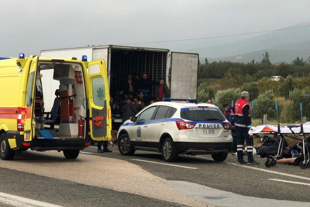 Des migrants, principalement des Afghans, ont été retrouvés dans un camion sur une autoroute dans le nord de la Grèce. Crédit : Reuters