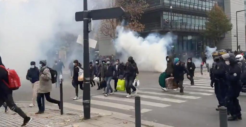 Des gaz lacrymogènes tirés sur des migrants, le 17 novembre 2020, à Paris. Crédit : @dorine_goth