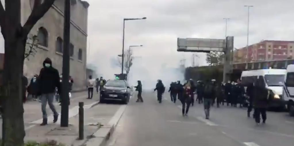 Une grenade lacrymogène tirée aux abord du camp de Saint-Denis, le 16 novembre 2020. Crédit : Capture d'écran d'une vidéo d'Utopia56