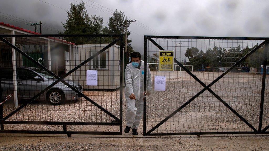 Un homme portant un masque et une combinaison de protection contre le coronavirus sort du camp de Malakasa, au nord d'Athènes, le 5 avril 2020 (Image d'illustration). Crédit : Reuters