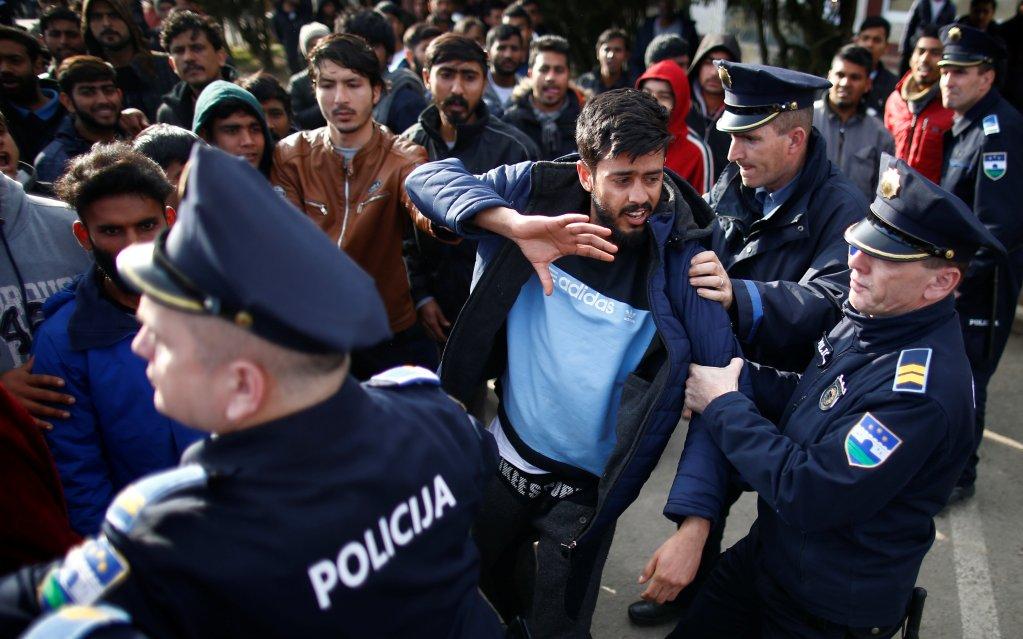 الشرطة البوسنية تلقي القبض على مهاجر. أرشيف. المصدر/رويترز