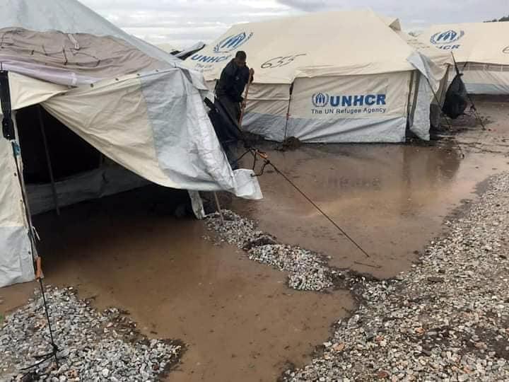 """مياه الأمطار تغمر مخيم """"موريا 2"""" للاجئين في جزيرة ليسبوس اليونانية. المصدر: أنسا / منظمة هيومان رايتس ووتش."""