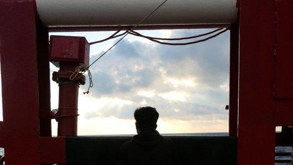 L'équipage et les migrants à bord de l'Ocean Viking attendent de pouvoir débarquer dans un port sûr depuis 7 jours. Crédit : Twitter SOS Méditerranée.