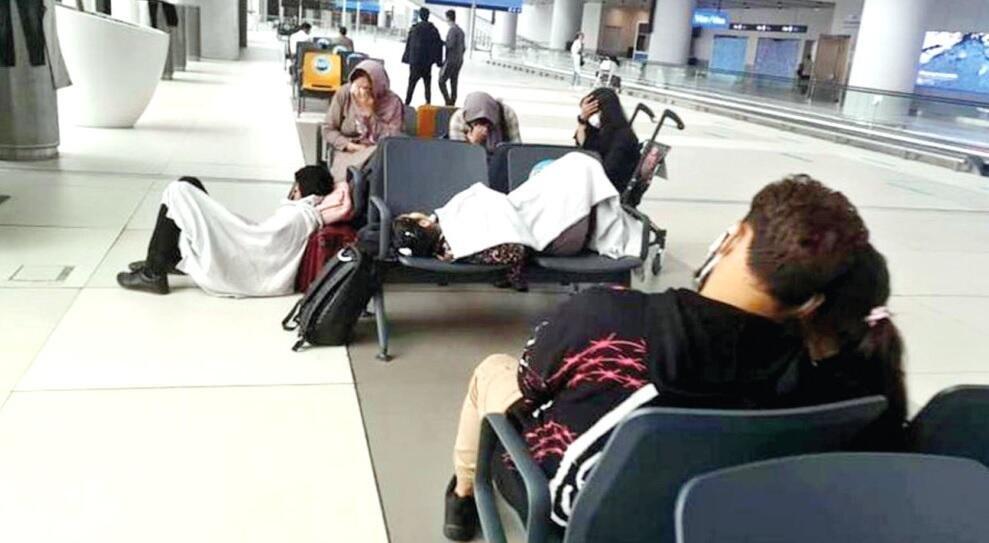 خانواده های افغان در فرودگاه استانبول منتظر ورود به ترکیه هستند. عکس: روزنامه حوریت