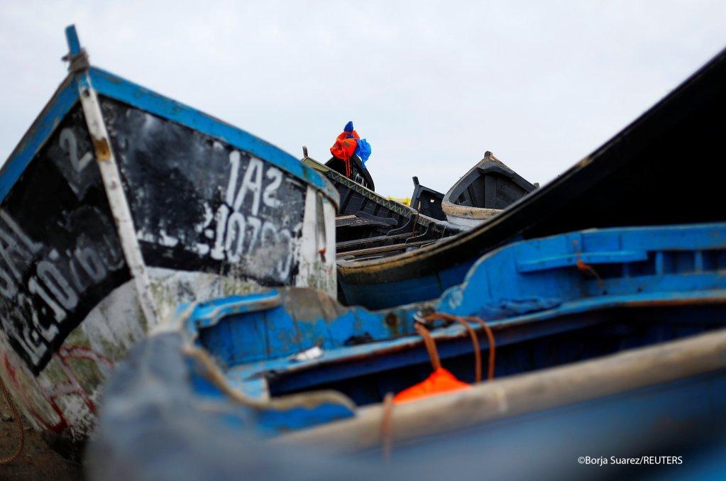 قوارب استخدمت من قبل مهاجرين لعبور الأطلسي من غرب أفريقيا إلى جزر الكناري، تقبع على أحد سواحل جزيرة غران كناريا الإسبانية. رويترز