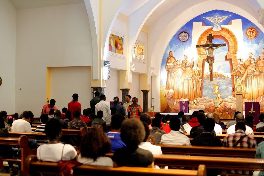 REUTERS/Youssef Boudlal |Des migrants africains chrétiens prient dans une église avant la visite du pape à Rabat.