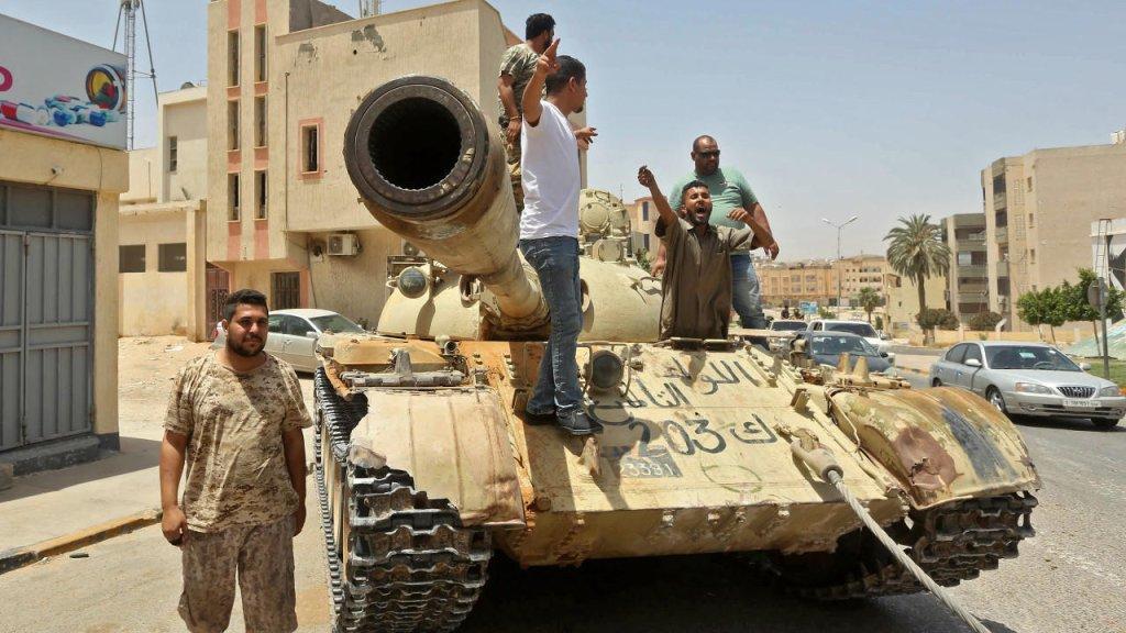 © أ ف ب |مقاتلون موالون لحكومة الوفاق الوطني المعترف بها من قبل الأمم المتحدة، تم تصويرهم في بلدة ترهونة، التي تبعد نحو 65 كيلومترًا جنوبي شرق العاصمة طرابلس، 5 يونيو/حزيران 2020.