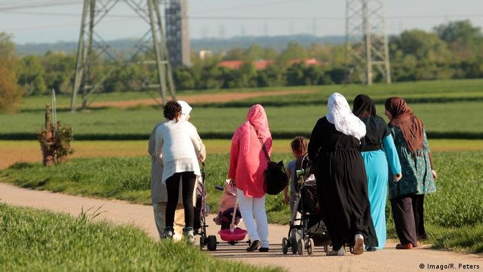 Imago/R. Peters |صورة رمزية لأسرة مسلمة أثناء نزهة بولاية هيسن في ألمانيا