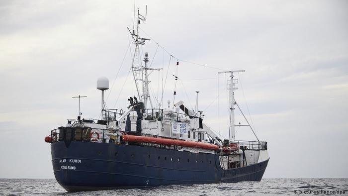 ماتزال سفينة آلان كردي عالقة في البحر بعد أن أنقذت 64 مهاجراً من الغرق
