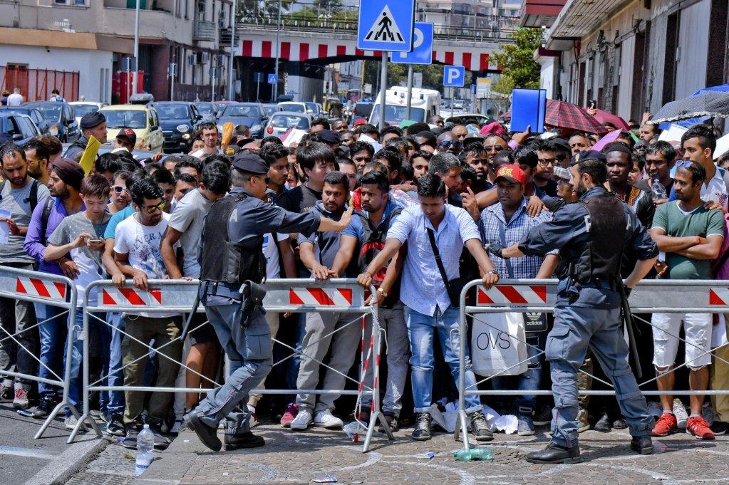 ansa / ازدحام المهاجرين من أجل الحصول على تصاريح الإقامة في نابولي المصدر: سيرو فوسكو/ أنسا