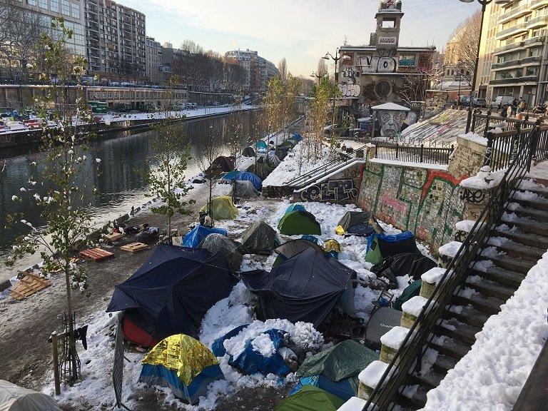Le camp afghan sous la neige, au bord du canal Saint-Martin, à Paris. Crédit : InfoMigrants
