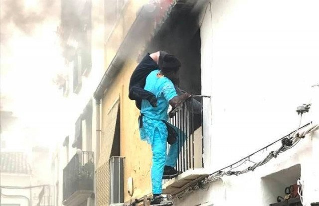 A picture of Gorgui Lamine Sow rescuing Alex Caudeli Webster from his appartment on December 6 | Source: A screenshot from Facebook Roberta Etter