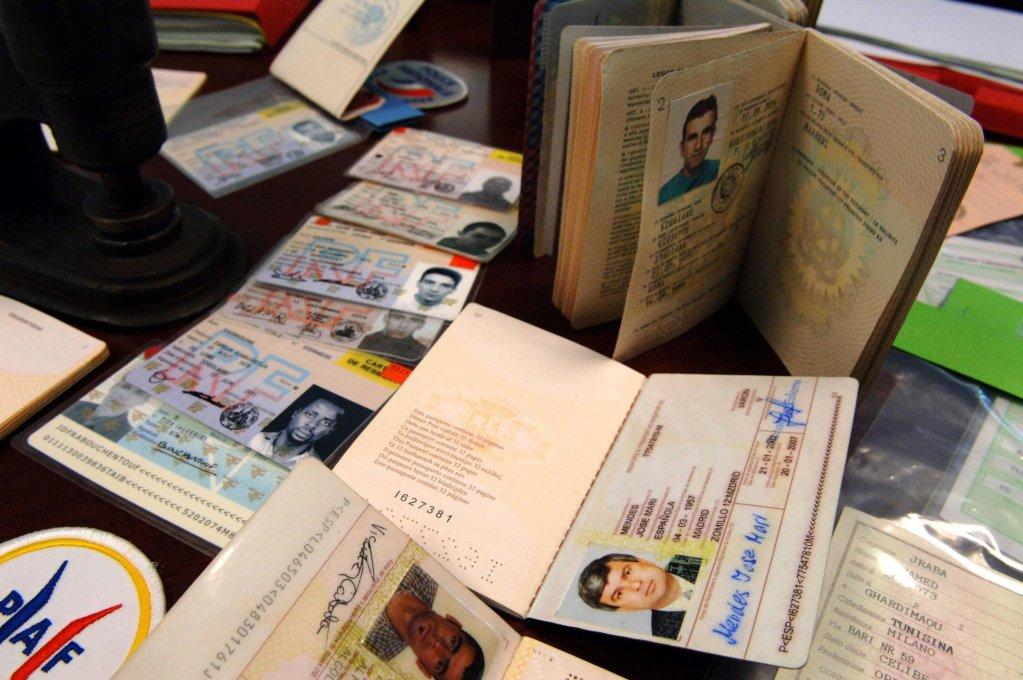 STEPHAN AGOSTINI / AFP |Des faux passeports, des faux titres de séjours et des fausses cartes d'identité de différents pays de l'Union européenne (image d'illustration).