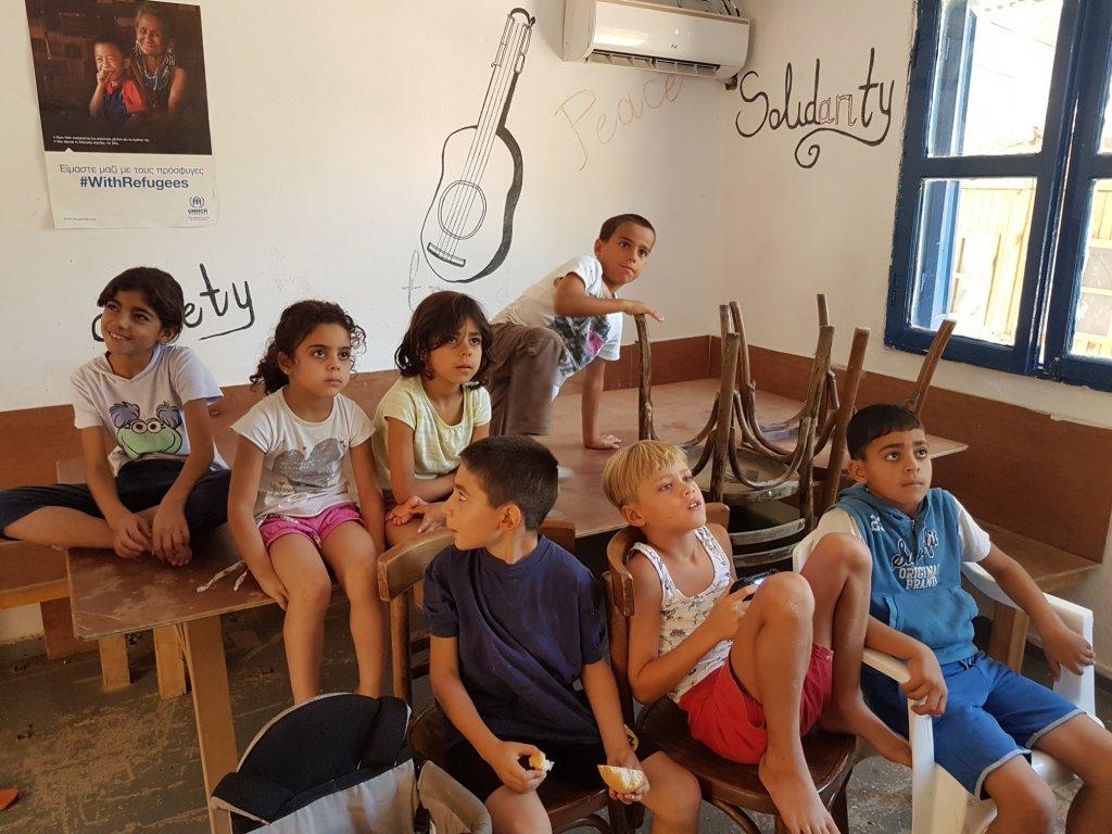 أطفال مخيم تيلوس في القاعة العامة لمشاهدة فيلم بمناسبة العيد / الصورة شريف بيبي